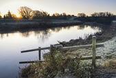 景观冬季 surnise 河和冷淡的字段 — 图库照片