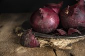 Moody natural light vintage retro style image of fresh red onion — Stock Photo