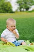 Little boy eats grapes — Stock Photo
