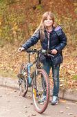 Chica bonita con bicicleta — Foto de Stock