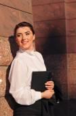 Портрет женщины довольно бизнес около стены — Стоковое фото