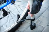 Inflating the tire of a bicycle — Stock Photo