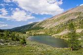 Letní horské krajiny: hluboké studené Tarn — Stock fotografie