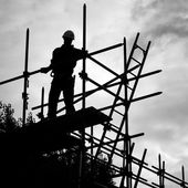 Silhouette construction worker on scaffolding building site — Foto Stock
