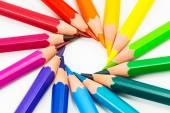 Gökkuşağı renkli arka plan ile kalemler — Stok fotoğraf