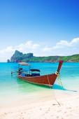 Long boat and tropical beach, Andaman Sea, Thailand — Photo