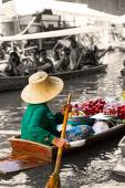Traditional floating market in Damnoen Saduak near Bangkok. — Stock Photo