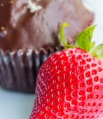 Strawberry And Cake Means Indulgence Strawberries And Fruit — Stock Photo