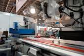 Industriella maskiner arbetar för svaga människor — Stockfoto