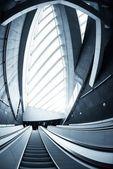 ビジネス センターで動いているエスカレーター — ストック写真