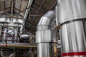 Tubos industriais em uma usina termelétrica — Fotografia Stock