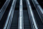 Escalier mécanique en mouvement dans le business center — Photo