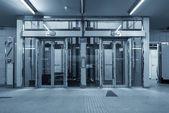 современное здание с лифтом — Стоковое фото