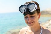Scuba diver woman cant see because of sun — Stock Photo