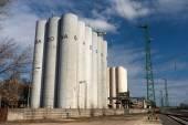 Opslag silo's bij daglicht — Stockfoto