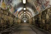 Passaggio metropolitana scuro con luce — Foto Stock