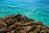 Strand met rotsen en schoon water — Stockfoto