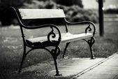 Stylowe ławki w parku jesień — Zdjęcie stockowe
