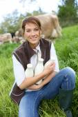 Breeder woman holding bottles of milk — Stock Photo
