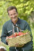 Bonden anläggningen korg med grönsaker — Stockfoto