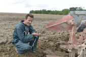 Farmer checking on cultivated ground quality — Stock Photo