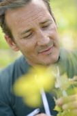 Winegrower in vineyard checking on grapes — Stock Photo