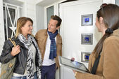 Real-estate agent showing house to clients — Stock Photo