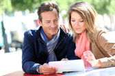 Couple websurfing with tablet in town — Stock Photo