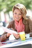 Woman at coffee shop with tablet — Stock Photo