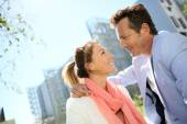 Verliefde paar genieten van zonnige dag — Stockfoto