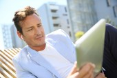 Man in resitential area with tablet — Stock Photo