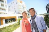 Couple walking by new residential area — Stock Photo
