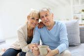 Senior couple sitting on couch — Stock Photo