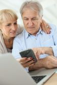 Couple doing income tax declaration online — Stock Photo