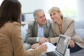 Couple meeting real estate agent — Stockfoto