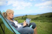 Woman weburfing on tablet — Zdjęcie stockowe