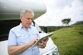 Senior man websurfing on tablet — Zdjęcie stockowe