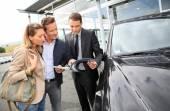 Autohändler, die fahrzeuge zu paar anzeigen — Stockfoto