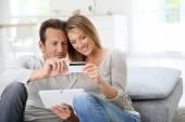 Pareja en casa comprando en internet — Foto de Stock