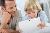 Man met jongen met digitale tablet — Stockfoto