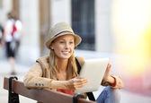 Trendy girl connected on internet in town — Stock Photo