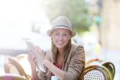 Girl at coffee shop with tablet — Stock Photo