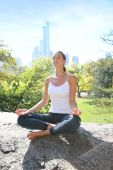 Woman doing yoga exercises in Central Park — Stock Photo