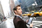 Manhattan'ın işadamı tablet kullanma — Stok fotoğraf