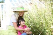 Mother and daughter in aromatic garden — Stock Photo
