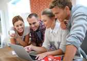 Studenten mit Laptop am Internet angeschlossen — Stockfoto