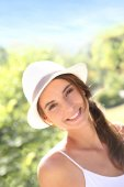 Beautiful woman with hat in park — Stock Photo