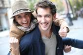 Man giving piggyback ride to girlfriend — Stock Photo