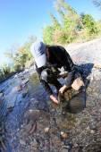 Fisherman releasing trout back into river — Fotografia Stock