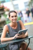 Businesswoman working on tablet in park — Stock Photo